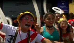 Hinchas peruanos alientan a la 'blanquirroja' en la Plaza de Armas