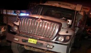 SJL: camión de basura quedó varado tras hundirse en pista