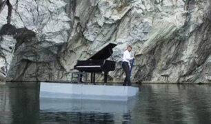 Rusia: pianista realiza recital flotando en un lago