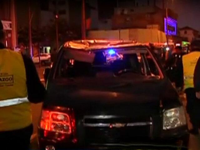 Lince: conductor quedó atrapado tras volcar su vehículo
