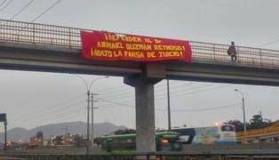 Colocan banderolas en puentes peatonales para apoyar a Abimael Guzmán