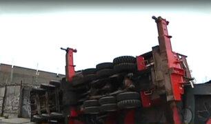 Cercado: trabajadores salvaron de morir tras volcadura de grúa