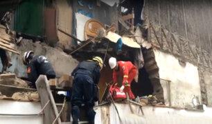 Cercado: rescatan a hombre que quedó atrapado tras derrumbe de casona