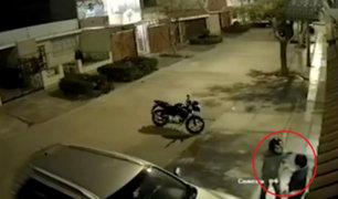 Pueblo Libre: delincuente en moto asalta a joven en la puerta de su casa