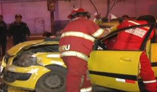 Centro de Lima: Taxi choca con auto que repartía canastas navideñas