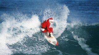 VIDEO: Papá Noel deja el trineo por el parapente y la tabla de surf