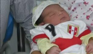 Bebés en Navidad: padres colocaron la camiseta de la selección a recién nacidos