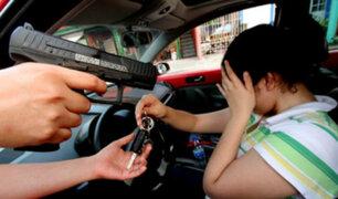 Delincuentes roban lujosos vehículos para cometer nuevos asaltos
