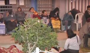 Villa María del Triunfo: padres de familia duermen en las calles por matrículas escolares