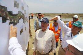 Presidente Kuczynski inaugura puente y entrega viviendas en Piura
