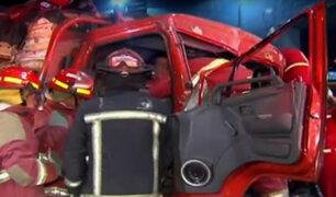 Vía Evitamiento: tres atrapados deja choque de camión y tráiler