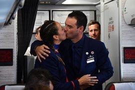 Papa casó a tripulantes de avión en pleno vuelo durante visita a Chile