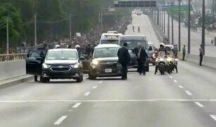 Le pasa hasta al papa: El momento en que a Francisco 'se le bajó una llanta' en pleno recorrido