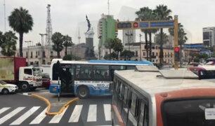 Bus invade berma central en av. Brasil para evitar intenso tráfico