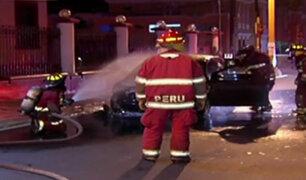 Cercado de Lima: auto se incendia frente a Comando Conjunto de las FFAA