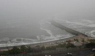 Neblina sorprende a bañistas limeños