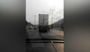Ciclista se aferra a camión para avanzar por la Vía de Evitamiento