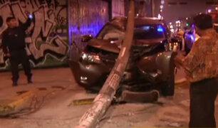 La Victoria: conductor aparentemente ebrio impacta contra poste de luz