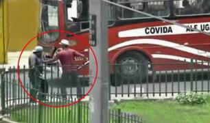 Ate: extranjero roba botella de agua y ataca a repartidor