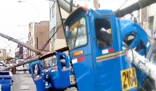 Los Olivos: postes de alumbrado público caen sobre dos mototaxis
