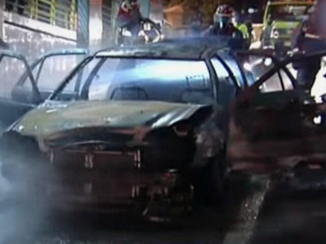 Conductor salvó de morir tras incendio de su auto en Vía Evitamiento