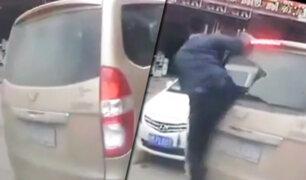 China: hombre con espectacular patada rompe luna de una minivan