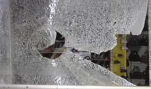 Estudiantes que protestan contra 'Ley Bartra' causan destrozos en Centro Cívico