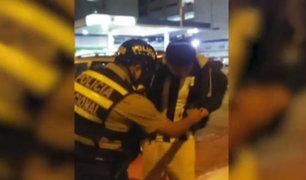 Policía es captado mientras intenta sembrar droga a transeúnte