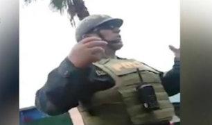 Policía pide a motociclista revisar su mochila durante intervención