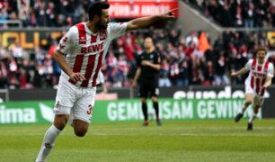 Claudio Pizarro da pase de gol en el partido del Colonia ante el Bremen