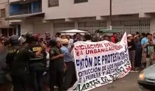 Cientos de pobladores bloquean la Panamericana Norte para exigir mejoras en paradero
