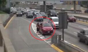 San Isidro: imprudentes peatones caminan por la Vía Expresa
