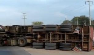 Piura: camión de contrabando vuelca al huir de la Policía y pobladores saquean mercadería