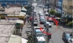 Surquillo: captan a delincuente disparando a hombre desde vehículo en marcha