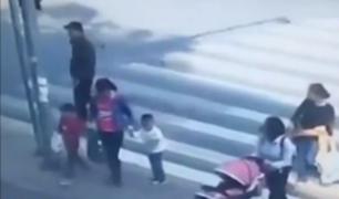 China: motoneta arrolla a madre e hija en el paradero