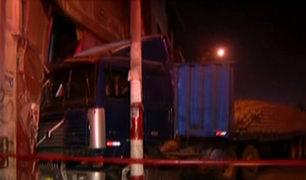 San Juan de Miraflores: camión se empotró contra una ferretería