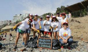 Peruano que Suma: jóvenes y adultos voluntarios limpian playas