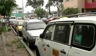 La Victoria: autos estacionados en zona restringida dificultan el tránsito