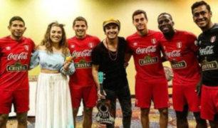Selección peruana recibe visita del dúo musical 'Periko y Jessi León'
