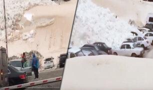 Rusia: impresionante avalancha cae sobre estacionamiento en centro de esquí