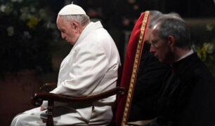 """Papa Francisco preside Vía Crucis y denuncia """"la vergüenza de haber perdido la vergüenza"""""""