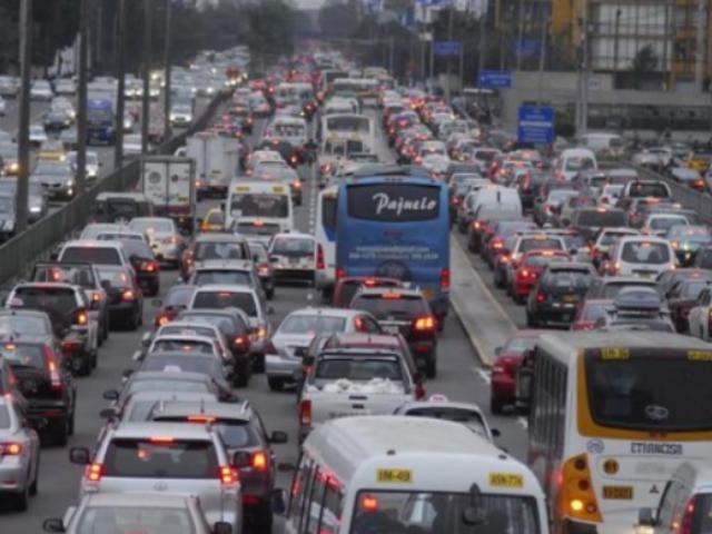 Transportistas y comerciantes informales invaden vías en La Victoria