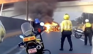 ¡Auto en llamas! taxi se incendia en plena vía de Evitamiento en SJL