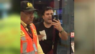 Abogado golpea a mujer por defender a vendedora de insultos racistas