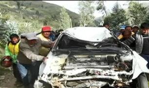 ¡De milagro! Auto se volcó y sus pasajeros lograron sobrevivir