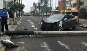 Miraflores: auto choca violentamente contra poste en av. El Ejército