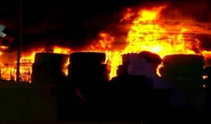 Comas: incendio de grandes proporciones se registra en déposito de llantas