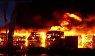 Comas: evacúan a vecinos por voraz incendio en depósito de llantas