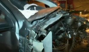 Conductores se pelean en plena calle y destrozan sus vehículos