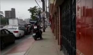 SMP: motos se suben a la vereda para evitar el tráfico